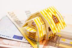不动产企业概念 在欧元安置的玩具房子模型 免版税库存图片