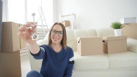 不动产和孤独的一生的概念 搬到新的家的愉快的年轻女人 股票录像