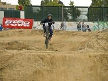 不劳而获骑自行车的人在竞争中 免版税库存照片
