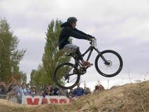 不劳而获骑自行车的人在竞争中 图库摄影