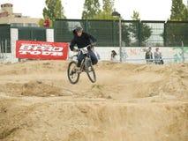 不劳而获骑自行车的人在竞争中 免版税图库摄影
