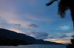 不可思议的五颜六色的印度尼西亚日落 免版税图库摄影