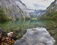 不可思议的反射在德国湖Koenigssee 库存图片