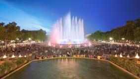 不可思议的喷泉夜视图在巴塞罗那 库存图片
