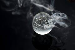 不可思议的大理石水晶球和烟 免版税库存照片