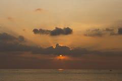 不可思议的日落在热带 免版税图库摄影