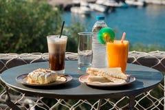 不可思议的早餐在一个海假期时 免版税图库摄影