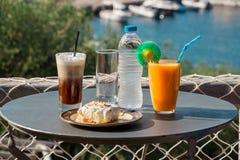 不可思议的早餐在一个海假期时 免版税库存照片