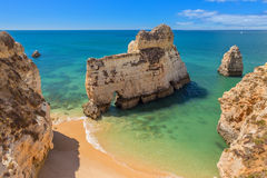 不可思议的海滩游人的葡萄牙 阿尔加威 免版税图库摄影