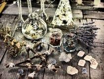 不可思议的礼节对象、木五角星形、古老诗歌、瓶和草本 免版税库存图片