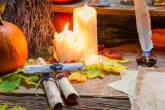 不可思议的纸卷和蜡烛在老抄写员桌上 图库摄影