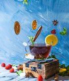 不可思议的茶概念 浮动的作用 飞行在茶的空气成份 库存照片