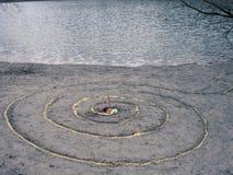 不可思议的螺旋在湖, wicca法坛旁边运作 异教 免版税库存照片