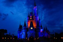 不可思议的迪斯尼城堡在特别夜 库存图片