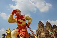 不可思议的猴子孙悟空雕象在三stupa寺庙前面的 库存照片