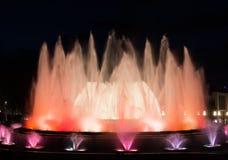 不可思议的Montjuic喷泉在巴塞罗那,夜展示 免版税库存图片