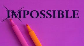 不可能是可能的,在明亮的背景的词,概念,艺术,变动,刺激,紫色,桃红色,桔子,标志,轮廓色_ 免版税库存照片