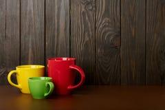 不同在大小上和咖啡和茶的颜色陶瓷杯子-关于 免版税库存照片