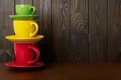 不同在大小上和咖啡和茶的颜色陶瓷杯子-关于 库存图片