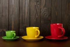 不同在大小上和咖啡和茶的颜色陶瓷杯子-关于 库存照片