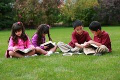 不同孩子读 免版税库存照片