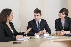 不同意的女性执行委员和年轻雇员 免版税图库摄影