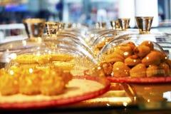 不同的东方阿拉伯土耳其甜点 免版税图库摄影