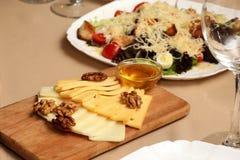 不同的乳酪和坚果对食物 库存照片