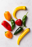不同的五颜六色的胡椒顶视图在白色明亮的Backgroun的 免版税库存照片