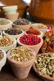 不同的亚洲人和中东香料,五颜六色的asso品种  库存照片