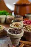 不同的亚洲人和中东香料,五颜六色的asso品种  库存图片