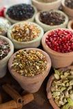 不同的亚洲人和中东香料,五颜六色的asso品种  免版税图库摄影