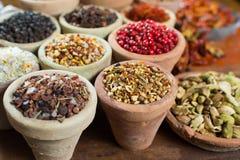 不同的亚洲人和中东香料,五颜六色的asso品种  免版税库存图片