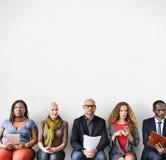 不同的人公共坐的等待的概念 免版税库存照片