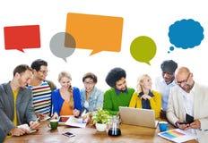 不同的人民谈论关于新的想法 免版税库存照片