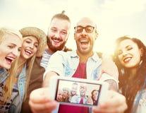 不同的人海滩夏天朋友乐趣Selfie概念 免版税图库摄影