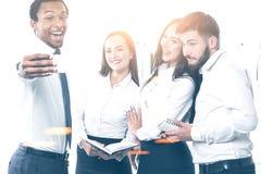 不同的企业队在做selfie的办公室 库存图片