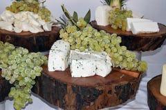 不同的品种乳酪,装饰用葡萄 图库摄影