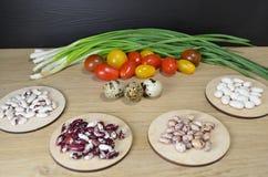 不同的品种豆在桌上的 免版税库存图片