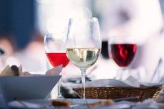 不同的品种酒在玻璃的在桌上 图库摄影