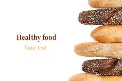 不同的品种长方形宝石面包在白色背景的 拉伊、麦子和整个五谷面包 查出 面包装饰框架  图库摄影