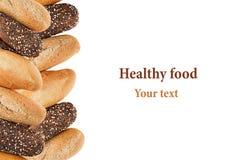 不同的品种长方形宝石面包在白色背景的 拉伊、麦子和整个五谷面包 查出 面包装饰框架  免版税库存照片