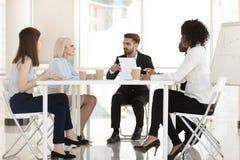 不同的商人小组谈论合同纸谈判 免版税库存图片