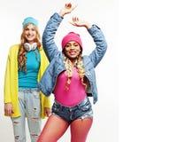 不同的国家女孩小组,两个不同的rase少年朋友com 库存照片