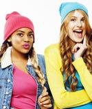 不同的国家女孩小组,快乐少年朋友的公司获得乐趣,愉快微笑,逗人喜爱摆在隔绝在白色 免版税库存照片