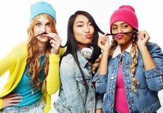 不同的国家女孩小组,快乐少年朋友的公司获得乐趣,愉快微笑,逗人喜爱摆在隔绝在白色 库存照片