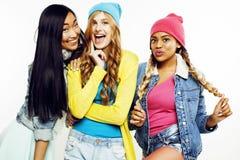 不同的国家女孩小组,快乐少年朋友的公司获得乐趣,愉快微笑,逗人喜爱摆在隔绝在白色 库存图片
