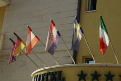 不同的国家旗子在旅馆前面垂悬 库存照片