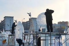 从不同的国家的艺术家在冰镇做雕塑 免版税库存图片