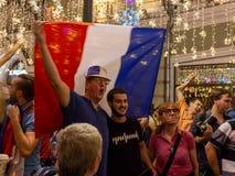 不同的国家的足球迷庆祝法国队的胜利在冠军的 免版税库存照片